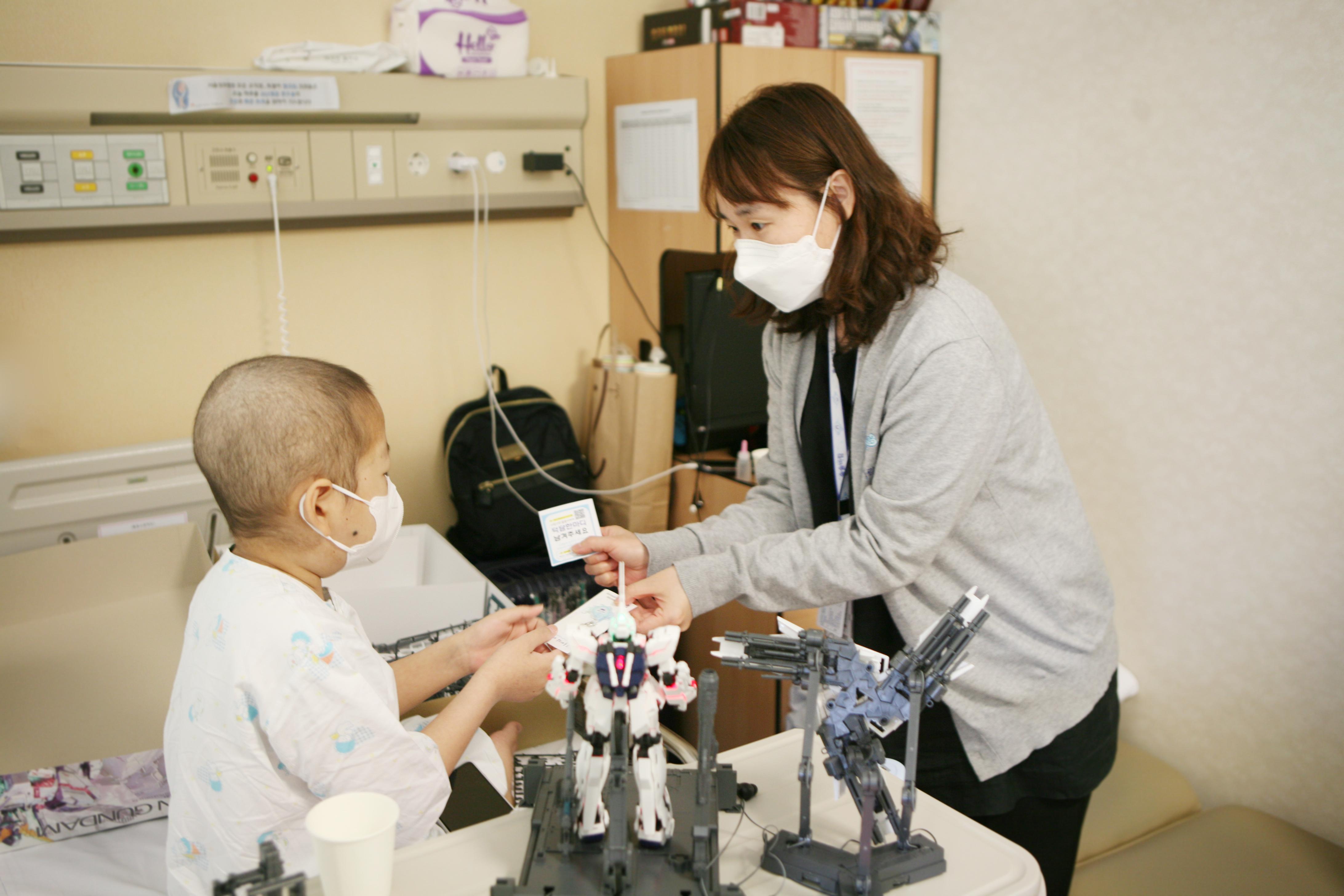 솔솔바람팀이 이벤트에 참여한 소아청소년완화의료환아에게 선물을 증정하고 있다.